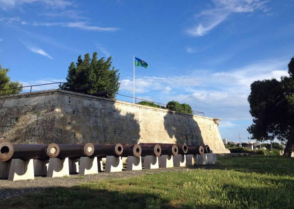 Kanonen am Fort von Pula