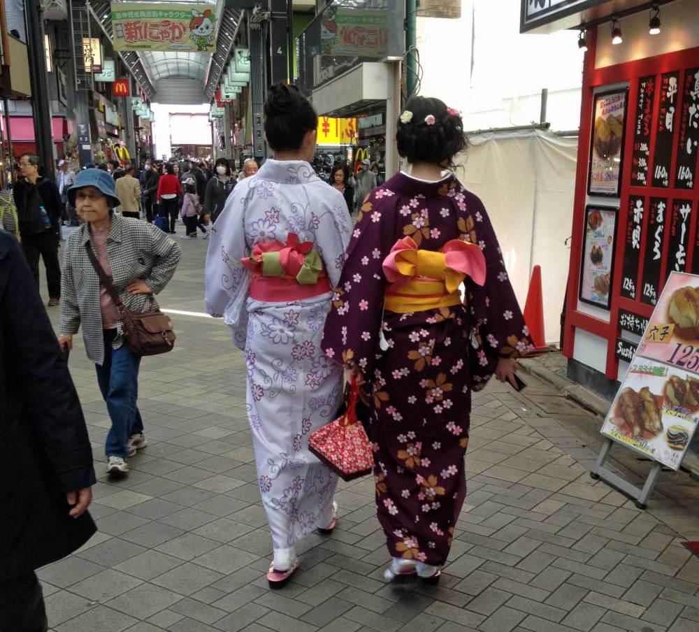 Japanerinnen tragen im Alltag einen traditionellen Kimono
