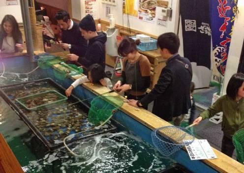 Ist der Köder erst mal auf der Angel, heißt es abwarten. Einige Neu-Angler müssen sich fast 30 Minuten lang gedulden, bis endlich ein Fisch anbeißt.