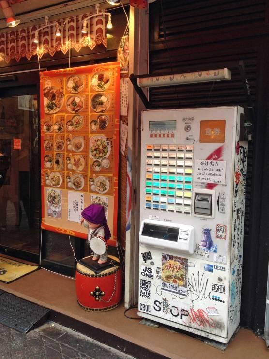 Zuerst ziehst du dir am Automaten ein Ticket für ein Gericht deiner Wahl.