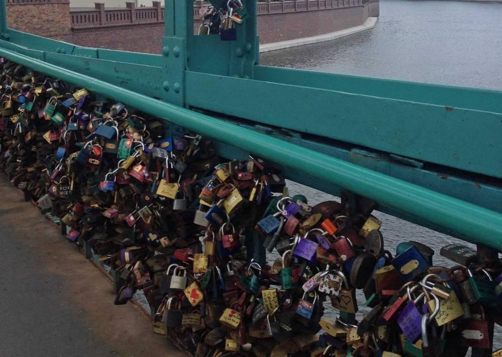 Schlösser auf der Dombrücke in Breslau
