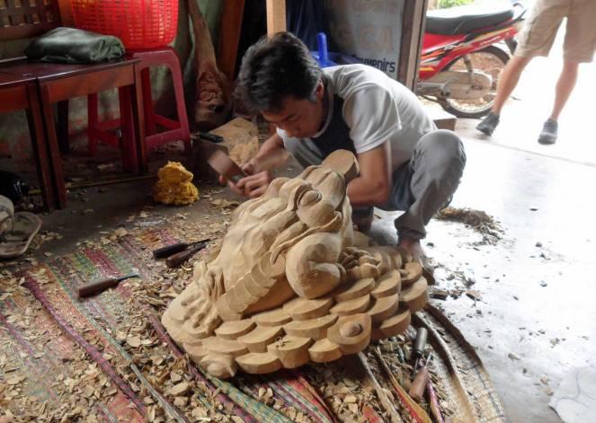 Auf den Cham-Inseln werden die Verzierungen für die Boote von Hand geschnitzt.
