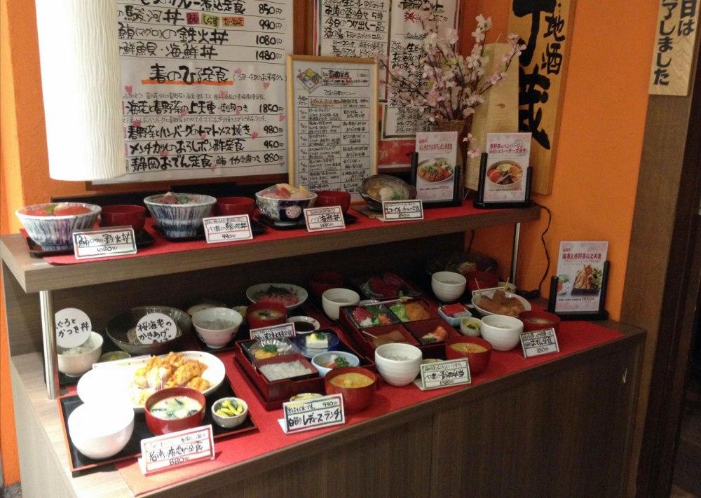 Plastik-Gerichte symbolisieren japanisches Essen