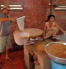 Die einzelnen Reispapier-Blätter werden auf Bambusmatten zum Trocknen ausgelegt.