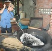 Neben Reispapier wird in Can Tho auch Puffreis hergestellt.
