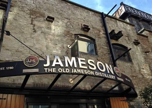 In Dublin ist eine Whiskey-Tour in der Jameson Distillery für viele Touristen ein Muss.