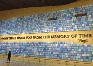 Das Zitat von Vergil erinnert an die Katastrophe. Die Kacheln sollen das Blau des Himmels an diesem Morgen symbolisieren - an das sich wohl niemand erinnern kann.