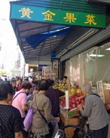 Oder auch mit einem Einkaufsbummel - frisches Obst und Gemüse ist hier günstig zu haben.