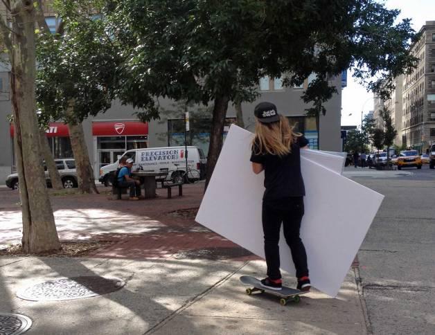 Lässig durch SoHo: Heute mal auf dem Skateboard.