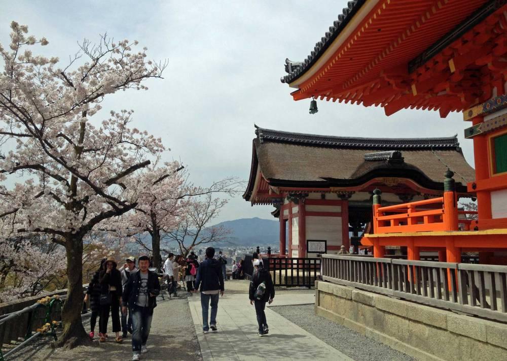 Haupthalle und die Terrasse des Kiyiomizudera-Tempels