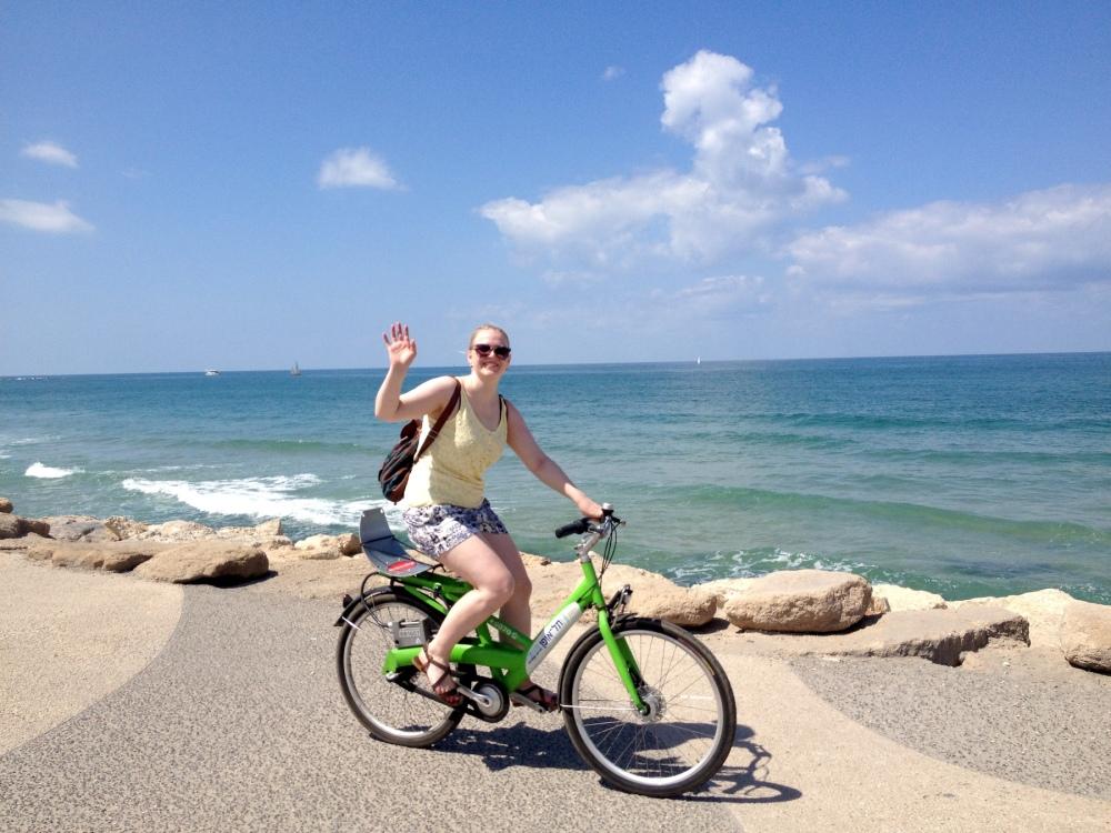 Fahrrad fahren am Uferweg am Strand von Tel Aviv