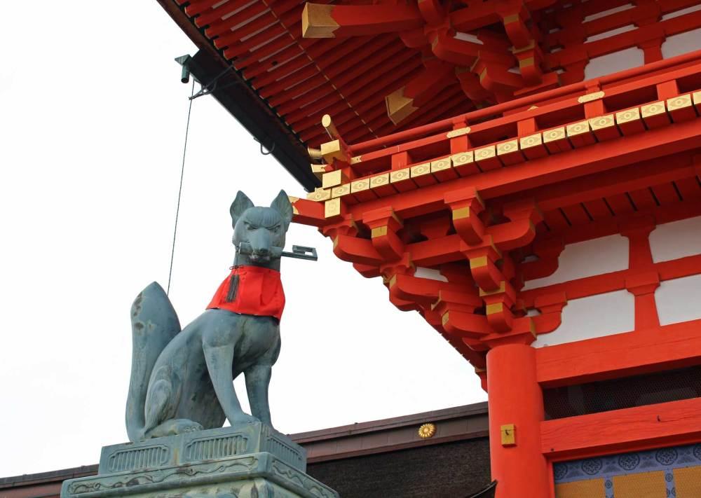 Steinerne Füchse am Schrein in Kyoto