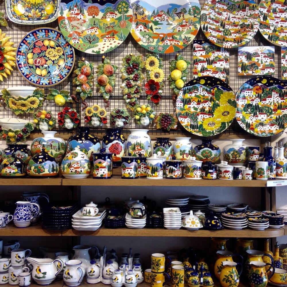 Ein Laden mit Töpferware in San Gimignano