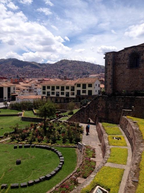 Die Kirche ist auf den Ruinen von Qorikancha erbaut.
