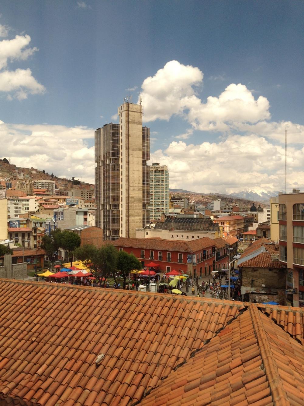Das Stadtbild von La Paz mit den Anden im Hintergrund
