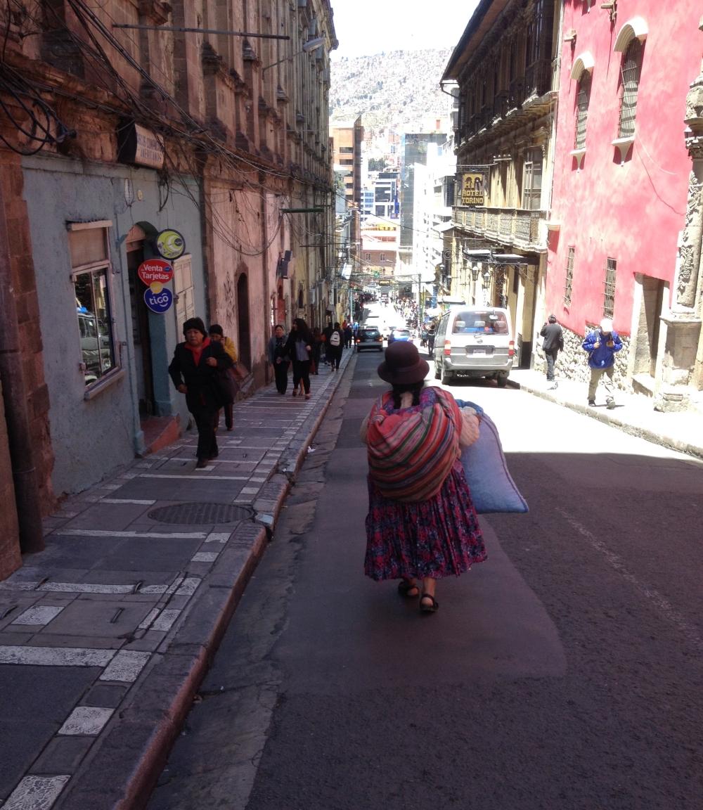 Frau mit Bowlerhut in La Paz