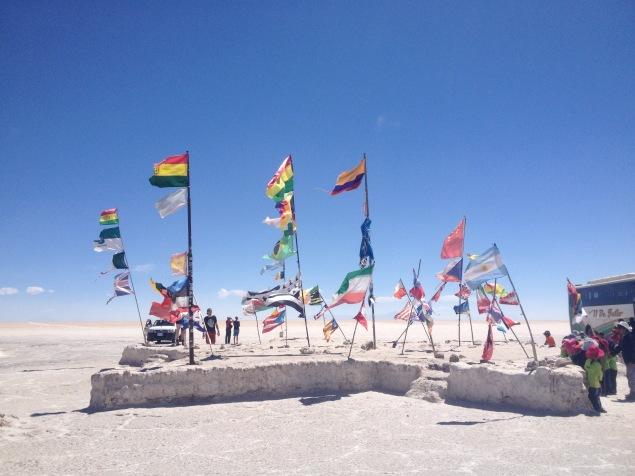 Hier erinnern viele Fahnen an die vielen Teilnehmer der Rally Dakar.