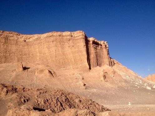 Die vorherrschenden Farben in der Atacama-Wüste: Azurblau und Sand.