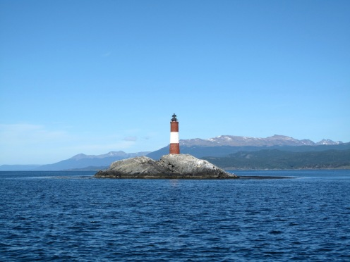 Der Leuchtturm Faro Les Éclaireurs wartet auf einer unbewohnten Insel im Beagle-Kanal auf Touristen.