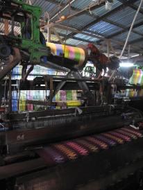 In dieser Weberei werden Longyis hergestellt.