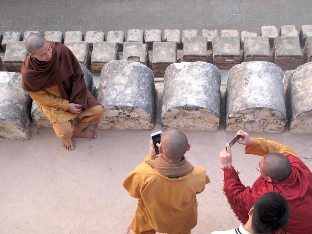 Mönche warten auf den Sonnenaufgang in Bagan