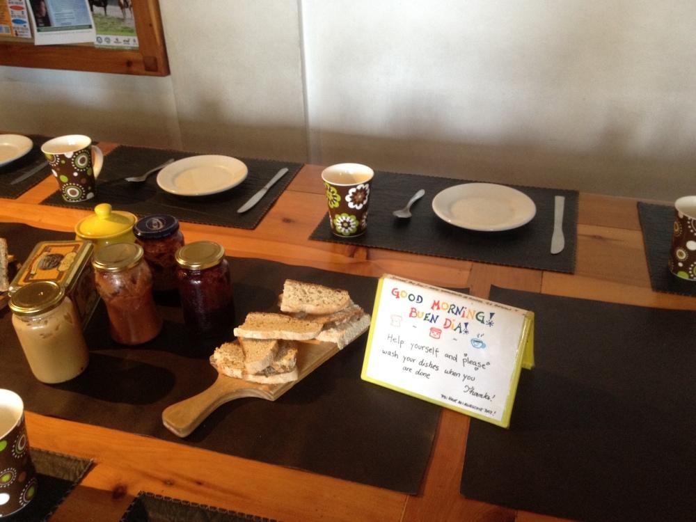 Frühstück im Hostel 41 Below in Bariloche
