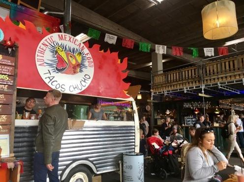 Ungefähr 50 Stände mit leckerem Street Food findet ihr in der großen Markthalle-