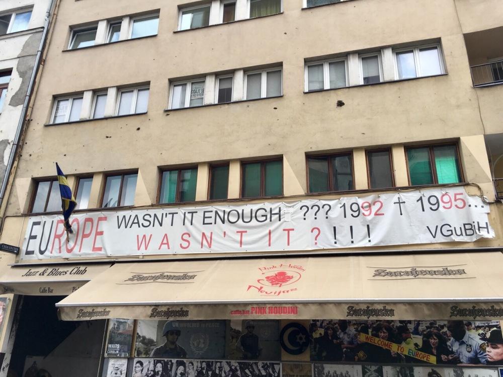 Hauswand mit Einschusslöchern in Sarajevo