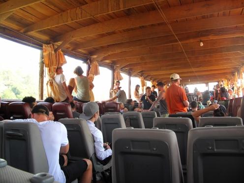 Die Sitze auf dem Slow Boat bestehen aus ausrangierten Auto-Rückbänken.