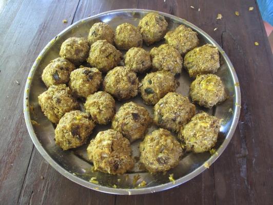 Leckere Matsch-Bälle aus Reis, Kürbis, Früchten und Mineralien - der Snack, den Elefanten lieben.