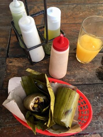 Die Burritos kommen eingewickelt in ein Bananenblatt - sehr nachhaltig!
